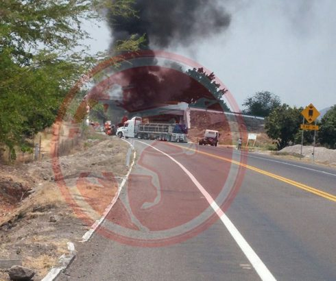 Narcobloqueos en la Autopista Siglo XXI a la altura de Cuatro Caminos