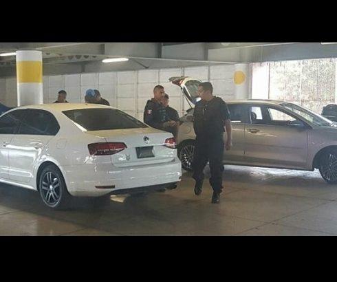 MORELIA:Catean autos sospechosos en estacionamiento de Plaza las Américas