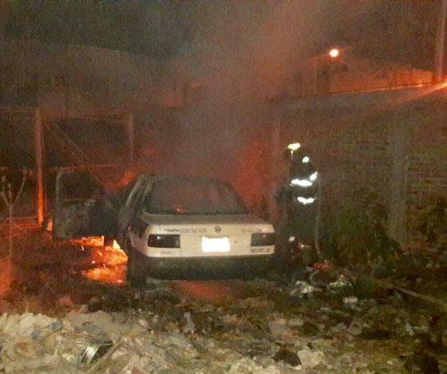 Prenden fuego a un taxi y encajuelan a un hombre en Morelia