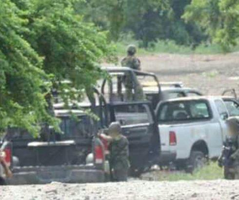 Comandos armados se enfrentan en aguililla; aseguran armamento